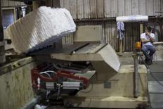 Un trabajador viendo un fardo de algodón en la planta Milstead en Shorter, EEUU, oct 26, 2015. La actividad fabril en Estados Unidos se aceleró en enero a un máximo en más de dos años ante incrementos sostenidos en los nuevos pedidos y costos de materias primas, lo que apunta a una recuperación en las manufacturas mientras la demanda interna se fortalece y se disipa el lastre de los precios bajos del crudo.    REUTERS/Brian Snyder