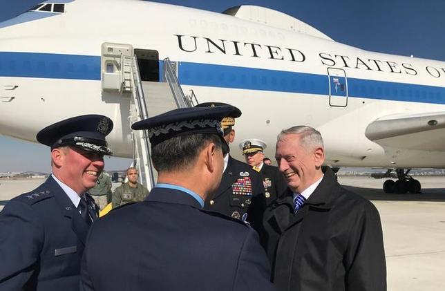 2月2日、マティス米国防長官は、北朝鮮の核・ミサイル開発への対応について韓国側と協議すると述べた。写真は韓国・鳥山の米空軍基地に到着した同長官(2017年 ロイター)