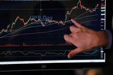 Трейдер на фондовой бирже Нью-Йорка. Американский фондовый индекс S&P 500 немного повысился по итогам торгов среды, прервав четырехдневную череду снижений, чему способствовал рост акций Apple и решение ФРС сохранить уровень ключевой ставки без изменений. REUTERS/Lucas Jackson