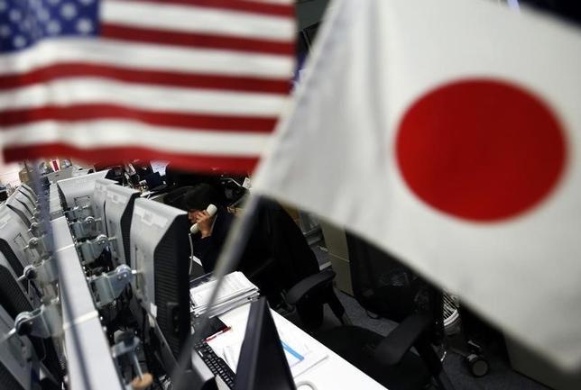 2月2日、午後3時のドル/円は、前日ニューヨーク市場午後5時時点と比べ、ドル安/円高の112.54/56円だった。日経平均の大幅安を眺めて、ドル/円も112円半ばに下落。写真は都内の為替ディーリングルームで2014年1月撮影(2017年 ロイター/Yuya Shino)