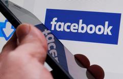 Логотип Facebook. Facebook Inc в среду отчиталась о прибыли и выручке, превысивших прогнозы Уолл-стрит благодаря уверенному росту бизнеса мобильной рекламы, продемонстрировав, что противоречия вокруг так называемых фейковых новостей и ограничения числа размещаемых объявлений практически не повлияли на финансовые результаты. REUTERS/Regis Duvignau