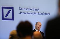 Глава Deutsche Bank Джон Крайан выступает на пресс-конференции во Франкфурте-на-Майне. Deutsche Bank отчитался о чистом убытке в 1,9 миллиарда евро ($2,05 миллиарда) в четвертом квартале, поскольку юридические расходы перевесили рост от восстановления торговли облигациями.   REUTERS/Kai Pfaffenbach