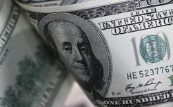 Les prises de position de Donald Trump sur la vigueur excessive du dollar et ses promesses de relance budgétaire qui induisent une hausse des taux d'intérêt synonyme d'une appréciation de la devise américaine vont se traduire pour les investisseurs par une poussée de la volatilité sur le marché des changes. /Photo d'archives/REUTERS/Lee Jae-Won