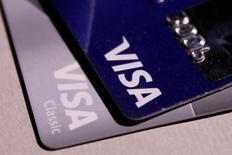 Tarjetas de crédito de Visa. El mayor operador mundial de redes de pago reportó ingresos y ganancias trimestrales mayores a lo esperado debido al crecimiento del volumen de transacciones y operaciones transfronterizas, lo que hizo que las acciones de la empresa subieran un 3 por ciento en operaciones posteriores al cierre. 9 de junio de 2016. REUTERS/Maxim Zmeyev/Archivo