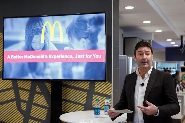 2月2日、米ファストフード大手マクドナルドのスティーブ・イースターブルック最高経営責任者(CEO、写真)は、トランプ米大統領が次期労働長官に指名したアンディー・パズダー氏について、労働コストの変動が小規模企業に与える影響や、賃金の低い「エントリーレベル」の仕事についてよく理解していると述べ、前向きな評価を示した。写真はニューヨークで昨年11月撮影(2017年 ロイター/Shannon Stapleton)