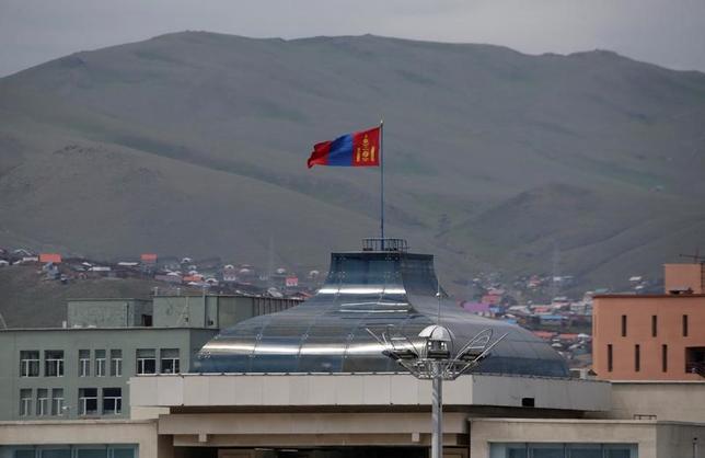 2月2日、モンゴルでは、6億ドル(約677億円)近い債務返済を迫られている国を救うため、一般市民が現金や宝石、金、馬などを国に寄付している。写真は昨年6月ウランバートルで撮影(2017年 ロイター/Jason Lee)