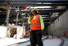 Les créations d'emplois ont été plus nombreuses que prévu en janvier aux Etats-Unis, les entreprises du bâtiment et les distributeurs ayant embauché davantage, ce qui permet à l'administration Trump de partir d'un bon pied dans sa politique de relance de la croissance et du marché du travail. /Photo d'archives/REUTERS/Lucy Nicholson
