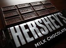 Шоколадные плитки Hershey's. Производитель шоколадной продукции Hershey Co отчитался о превысившей ожидания квартальной прибыли благодаря снижению цен на какао и сокращению расходов и обнародовал лучший, чем ожидалось, прогноз скорректированной прибыли на 2017 год. REUTERS/Mike Blake/File Photo