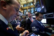 Трейдеры на Уолл-стрит. Американские фондовые индексы повышаются в начале торгов пятницы благодаря лучшим, чем ожидалось, данным о занятости вне сельскохозяйственного сектора США и перспективе упрощения банковского регулирования, которая подстегнула акции финансового сектора. REUTERS/Brendan McDermid
