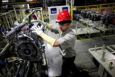 Un trabajador de Toyota mueve el motor para el ensamblaje en Huntsville, Alabama. 13 de noviembre 2009. El crecimiento del empleo en Estados Unidos fue mayor a lo esperado en enero debido a que las constructoras y minoristas aumentaron las contrataciones, lo que probablemente dará al Gobierno de Donald Trump un buen comienzo en su búsqueda por impulsar a la economía y al mercado laboral. REUTERS/Carlos Barria/File Photo