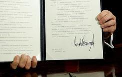 Donald Trump a signé vendredi un décret ordonnant une révision de la régulation du secteur financier aux Etats-Unis adoptée après la crise de 2007-2008, s'attirant les vives critiques du camp démocrate qui l'accuse de s'aligner sur les banquiers de Wall Street. /Photo prise le 3 février 2017/REUTERS/Kevin Lamarque