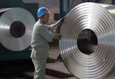 Imagen de arhivo de un trabajador en una fábrica de acero de Wuhan, en la provincia central china de Hubei. 22 agosto 2006.   REUTERS/Alfred Cheng Jin