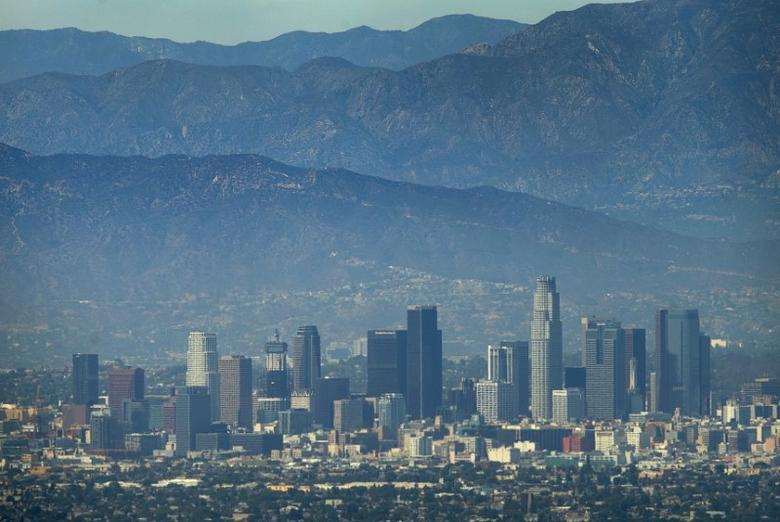 The city of Los Angeles, California is pictured on a hot summer day next to the San Gabriel mountains August 5, 2015.   REUTERS/Mike Blake/File Photo