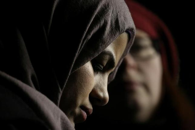 2月1日、ムスリムを主体とする7カ国からの旅行者や難民の入国を禁じるトランプ米大統領による命令は、以前からずっと米国に存在していた暗い流れが、新たに表面化したにすぎない。写真は1月29日、シアトルでトランプ大統領の入国制限令に対する抗議に耳を傾けるムスリムの女性(2017年 ロイター/David Ryder)