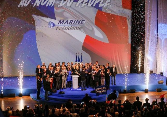 2月5日、フランスの極右政党「国民戦線」(FN)のマリーヌ・ルペン党首(写真中央)は、数千人の支持者に対し、5月の大統領選で勝利した場合、自分のみがイスラム原理主義やグローバリゼーションから国民を守ることができると述べた。(2017年 ロイター/Robert Pratta)