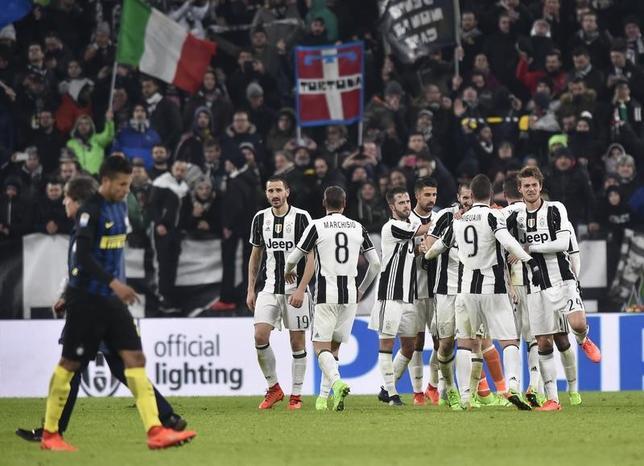 2月5日、サッカーのイタリア・セリエAは各地で試合を行い、長友佑都が所属するインテルは敵地でユベントスに0─1で敗れた。長友はベンチ入りしたものの出場機会はなかった。写真は勝利を喜ぶユベントスの選手たち(2017年 ロイター/Giorgio Perottino)