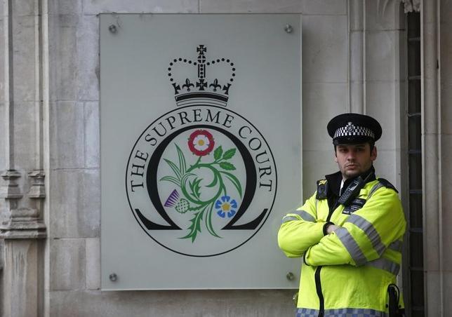 2月3日、ロンドンの英高等法院は、英国の欧州連合(EU)離脱に伴い、欧州経済領域(EEA)とその単一市場からも離脱することについて、議会の承認は必要ないとの判断を下した。写真はロンドン英高等法院、昨年12月撮影(2017年 ロイター/Peter Nicholls)