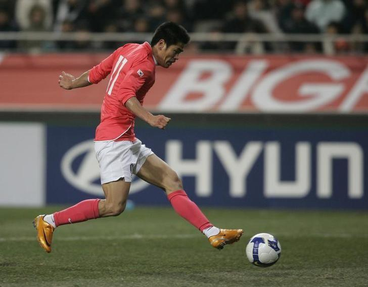 File Photo: South Korea's Seol Ki-hyeon shoots the ball to score a goal during their round three 2010 World Cup qualifying soccer match against Turkmenistan in Seoul February 6, 2008. REUTERS/Lee Jae-Won