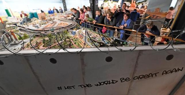 2月3日、ドイツのハンブルクにある観光客に人気のテーマパーク「ミニチュアワンダーランド」では、世界各地のミニチュアが展示されているが、3日から米国のミニチュアの周囲に壁が築かれ、有刺鉄線が張り巡らされた(2017年 ロイター/Fabian Bimmer)