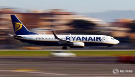 Самолет компании Ryanair совершает посадку в римском аэропорту Ciampino. 24 декабря 2016 года. Средние тарифы Ryanair упали сильнее, чем ожидалось, за последние три месяца 2016 года, однако ирландская бюджетная авиакомпания по-прежнему ждет небольшого увеличения годовой прибыли. REUTERS/Tony Gentile