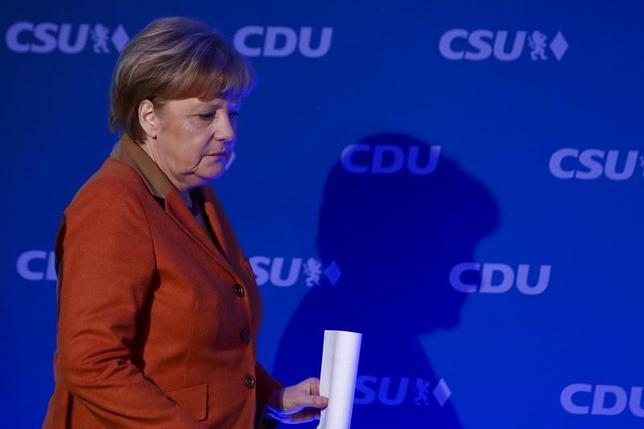 2月6日、独ビルト紙の委託でINSAが実施した世論調査によると、9月の総選挙では中道左派の社会民主党(SPD)がメルケル首相(写真)が率いる保守派を破ると見込まれている。ミュンヘンで撮影(2017年 ロイター/Michael Dalder)