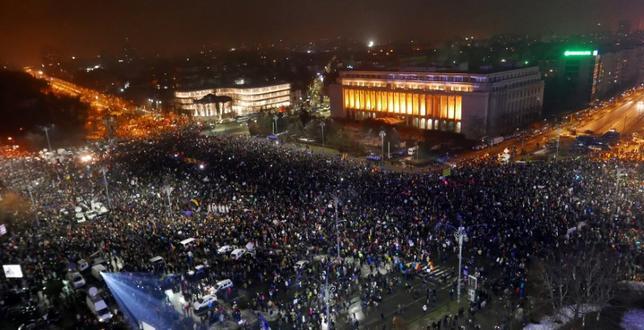 2月5日、ルーマニアの中道左派、社会民主党政権は不正行為などの犯罪を免罪とする法令を撤回した。法令を巡っては、1989年のチャウシェスク独裁政権の崩壊以降、最大規模となる抗議デモが連日行われたほか、国際的な非難も浴びていた。写真は5日、ブカレストで行われた大規模なデモ(2017年 ロイター/Alex Fraser)