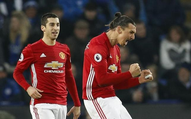 2月6日、サッカーのイングランド・プレミアリーグ、マンチェスター・ユナイテッドのズラタン・イブラヒモビッチ(右)は、同リーグでは最年長でのシーズン15得点を挙げた。レスターで5日撮影(2017年 ロイター)