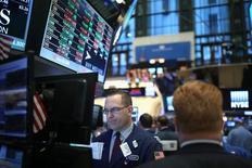 Трейдеры на фондовой бирже в Нью-Йорке. 19 января 2017 года. Американский фондовый рынок завершил торги понедельника в минусе из-за падения цен на нефть, в то время как инвесторы ожидали новую волну корпоративной отчётности и пытались понять экономическую политику президента США Дональда Трампа. REUTERS/Stephen Yang