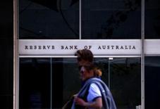 Прохожие у входа в здание Резервного банка Австралии в Сиднее. 3 октября 2016 года. Резервный банк Австралии не стал менять уровень ставок на первом совещании регулятора в 2017 году, назвав недавние скромные темпы экономического роста временной трудностью, которая не помешает здоровому 3-процентному повышению в перспективе. REUTERS/David Gray