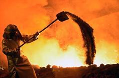Una menor producción manufacturera y de construcción llevó a la mayor caída de la producción industrial alemana en casi ocho años, mostraron datos el martes. Imagen de archivo de un trabajador siderúrgico en una planta de Salzgitter AG en el estado de Baja Sajonia, el 21 de marzo de 2012. REUTERS/Fabian Bimmer