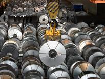 Стальные цилиндры на сталелитейной фабрике компании  Salzgitter AG в Зальцгиттере, Нижняя Саксония. Промпроизводство в Германии продемонстрировало максимальный месячный спад почти за восемь лет из-за слабых показателей производства в обрабатывающей промышленности и строительном секторе, показали данные во вторник.   REUTERS/Fabian Bimmer/File Photo
