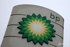 Логотип BP на заправке в Виронве, Франция 2 августа 2016 года. Квартальная прибыль BP не оправдала ожиданий аналитиков, а годовая прибыль снизилась второй год кряду, поскольку среднегодовые цены на нефть достигли 12-летнего минимума, однако компания ждет, что договор нефтепроизводителей о сокращении добычи удержит цены на черное золото выше $50 за баррель в 2017 году. REUTERS/Jacky Naegelen
