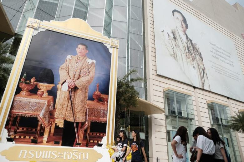 Portraits of Thailand's King Maha Vajiralongkorn Bodindradebayavarangkun and the late King Bhumibol Adulyadej are displayed at a department store in central Bangkok, Thailand, January 17, 2017. REUTERS/Athit Perawongmetha