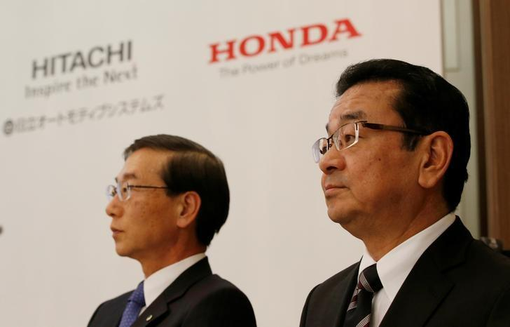 Honda Chief Executive Officer Takahiro Hachigo (R) and his Hitachi Automotive counterpart Hideaki Seki attend a news conference in Tokyo, Japan, February 7, 2017.  REUTERS/Kim Kyung-Hoon