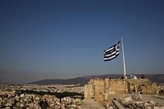 La rentabilidad de la deuda griega a dos años subió el martes a su nivel más alto en más de siete meses entre crecientes preocupaciones sobre si la Unión Europea y el Fondo Monetario Internacional llegarán a un acuerdo sobre un tercer rescate griego. Imagen de archivo en la que una bandera de Grecia ondea en la Acrópolis de Atenas, el 26 de julio de 2015. REUTERS/Ronen Zvulun