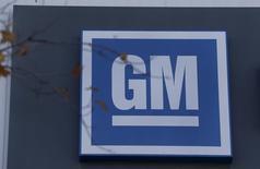 El logo de GM se ve en el edificio de la compañía en Lansing, Michigan, Estados Unidos. 26 de octubre 2015. General Motors Co dijo el martes que sus ganancias netas en el cuarto trimestre cayeron a 1,19 dólar por acción, debido en parte a una pérdida de 500 millones de dólares por tipos de cambio, y pronosticó que sus utilidades por acción en 2017 serían estables o levemente mejores con respecto al 2016. REUTERS/Rebecca Cook