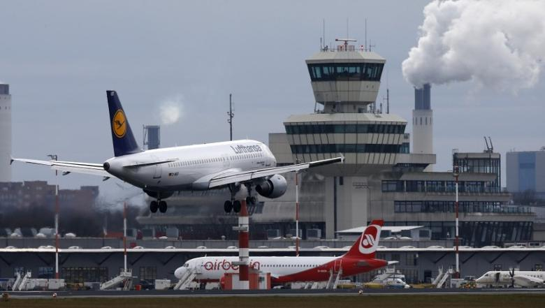 A German carrier Lufthansa aircraft lands at Tegel airport in Berlin, Germany, January 27, 2016.    REUTERS/Fabrizio BenschFile Photo