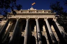 El Ibex-35 cerró el martes con descensos moderados en una sesión en la que la inquietud política francesa contrarrestó la influencia positiva de Wall Street, algunos de cuyos índices tocaban sus niveles más altos de la historia.  En la imagen de archivo, una bandera española ondea en el edificio de la Bolsa de Madrid. REUTERS/Juan Medina