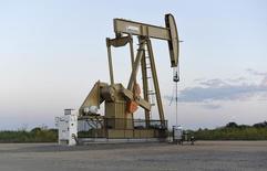Imagen de archivo de una unidad de bombeo de crudo operando cerca de Guthrie, EEUU, sep 15, 2015. La Administración de Información de Energía (EIA) recortó su pronóstico de crecimiento de la demanda petrolera mundial para este año en 10.000 barriles por día (bpd), a 1,62 millones de bpd, según el reporte mensual de la agencia del Gobierno estadounidense divulgado el martes.  REUTERS/Nick Oxford