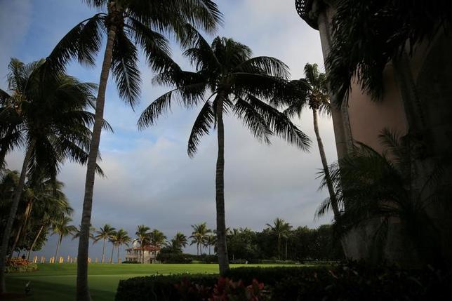 2月7日、米ホワイトハウスは、トランプ米大統領が10日に予定される日米首脳会談の後、週末にかけて安倍晋三首相をフロリダ州に自身が保有する「マー・ア・ラゴ」リゾートに招待したと発表した。写真は2016年12月、トランプ氏が保有する「マー・ア・ラゴ」リゾート」の様子。(2017年 ロイター/Carlos Barria)