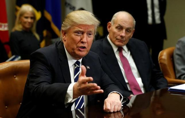 2月7日、米国のケリー国土安全保障長官(写真右)は、イスラム圏7カ国からの入国を制限する大統領令について、議会に説明するまで発令を遅らせるべきであったと認めた。1月撮影(2017年 ロイター/Kevin Lamarque)