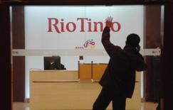 Мужчина у входа в офис Rio Tinto в Шанхае 18 марта 2010 года. Горнорудный гигант Rio Tinto Plc сообщил в среду, что выплатит своим акционерам более высокие, чем ожидалось, дивиденды по итогам года - в размере $1,70 на акцию - благодаря быстрому восстановлению минерально-сырьевых рынков в 2016 году и сокращению расходов. REUTERS/Stringer