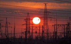 ЛЭП под Слуцком, Белоруссия 18 июля 2014 года.  Белоруссия в этом году планирует сократить до 2,5 миллиарда киловатт-часов импорт электроэнергии из России с 3,1 миллиарда в 2016 году, передало государственное агентство БелТА со ссылкой на заместителя министра энергетики Вадима Закревского. REUTERS/Vasily Fedosenko