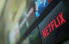 Las instituciones de la Unión Europea están un paso más cerca de permitir a los consumidores acceso a sus suscripciones online para servicios como Netflix o Sky cuando viajen por todo el bloque. En la imagen, el logo de Netflix en Encinitas, California, el 18 de enero de 2017. REUTERS/Mike Blake/Files