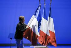 La incertidumbre política en Francia e Italia acrecentó la distancia entre la rentabilidad de la deuda pública a 10 años de Francia e Italia respecto a la alemana, considerada refugio, hasta máximos de varios años. En la imagen, un trabajador ajusta banderas francesas en un acto del Frente Nacional en Lyon el 5 de febrero de 2017. REUTERS/Robert Pratta