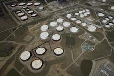 La imagen de archivo muestra una vista aérea de tanques de almacenamietno de crudo en el centro petrolero Cushing, en Oklahoma, EEUU. Los inventarios de crudo en Estados Unidos aumentaron la semana pasada por una menor producción en refinerías, mientras que las existencias de gasolina disminuyeron y las de destilados subieron, informó el miércoles la Administración de Información de Energía (EIA). REUTERS/Nick Oxford