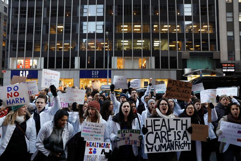 Demonstrators that include mostly medical students protest a proposed repeal of the Affordable Care Act in New York, U.S., January 30, 2017.  REUTERS/Lucas Jackson