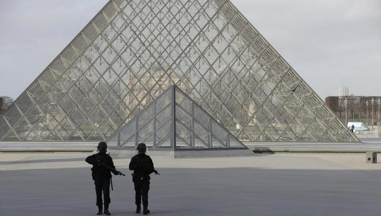 File photo: French police secure the site near the Louvre Pyramid in Paris, France, February 3, 2017 after a French soldier shot and wounded a man armed with a knife after he tried to enter the Louvre museum in central Paris carrying a suitcase, police sources said.  REUTERS/Christian Hartmann