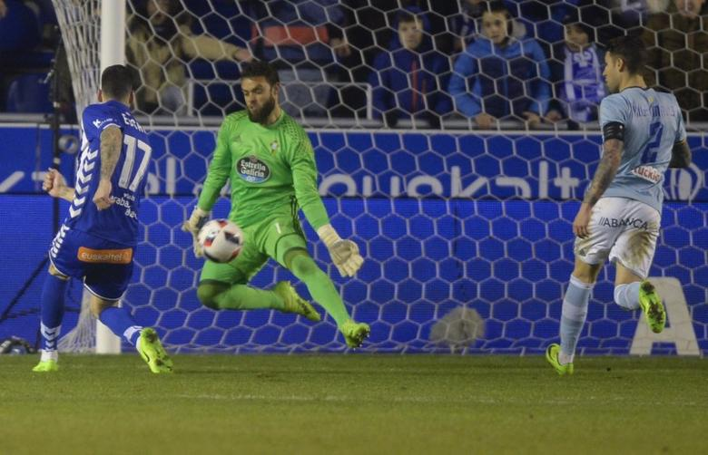Football Soccer - Alaves v Celta Vigo - Spanish King's Cup Semi-final second leg - Mendizorroza, Vitoria, Spain, 08/02/17 Alaves' Edgar Mendez (L) scores a goal past Celta Vigo's goalkeeper Sergio Alvarez. REUTERS/Vincent West