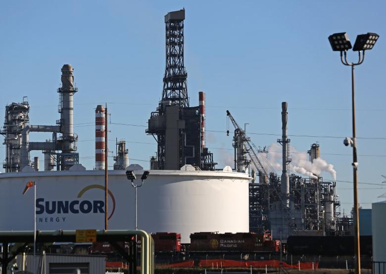 A Suncor refinery is seen in Sherwood Park, near Edmonton, Alberta, Canada November 13, 2016. REUTERS/Chris Helgren